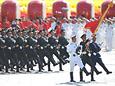 三军仪仗队护卫军旗接受检阅