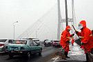 环卫工人清扫人行道上的雪