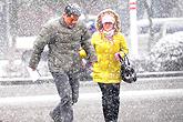 市民在风雪中行进