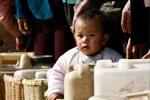 儿童随母亲来到村口排队取水