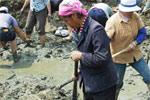 云南罗平村民在枯井找水