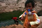 渴望得到清水的孩子