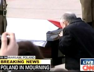 波兰总统哥哥亲吻灵柩