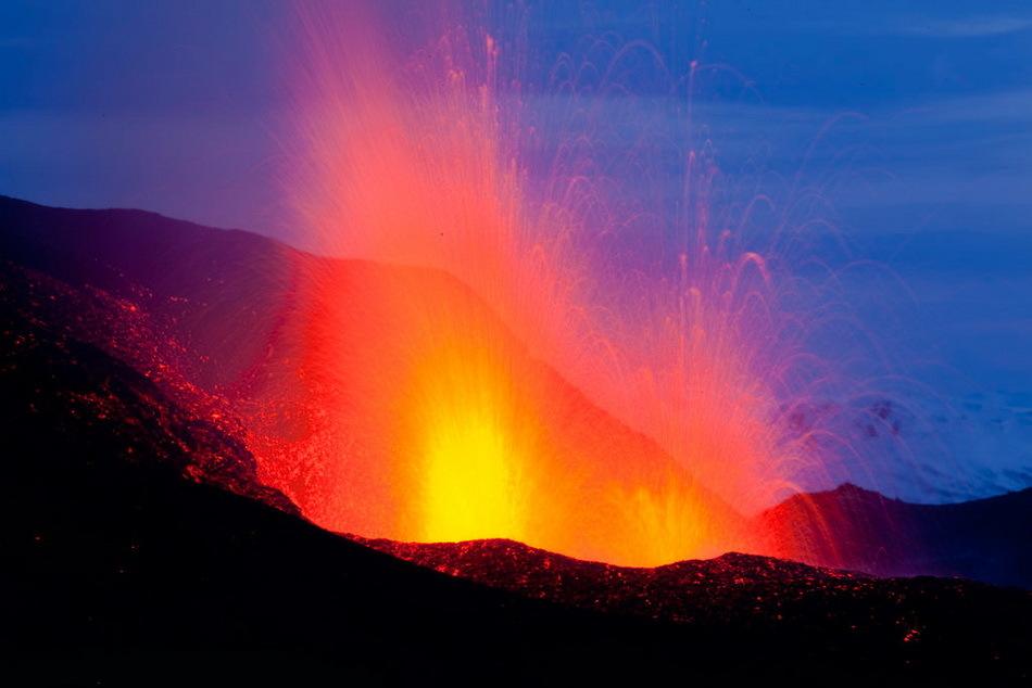 日本琉璜岛附近海底火山喷发