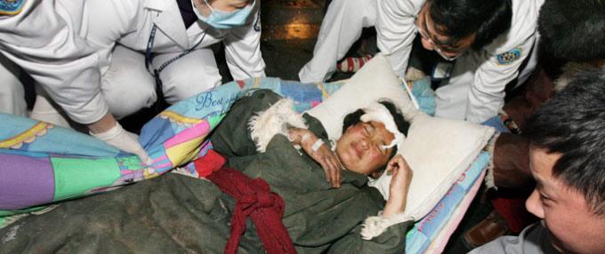 首批玉树地震灾区伤员抵达成都