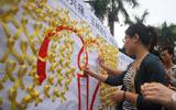 广州大学生向遇难者默哀