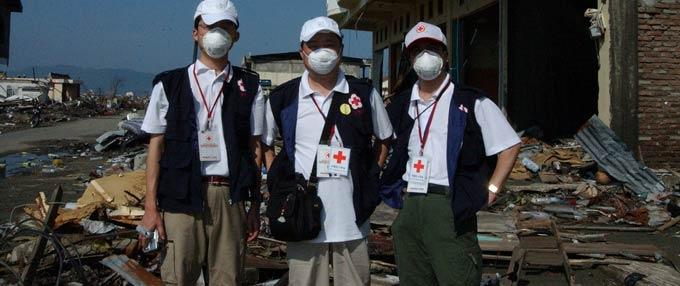 救援队员在印尼