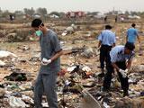 工作人员在客机坠毁现场调查