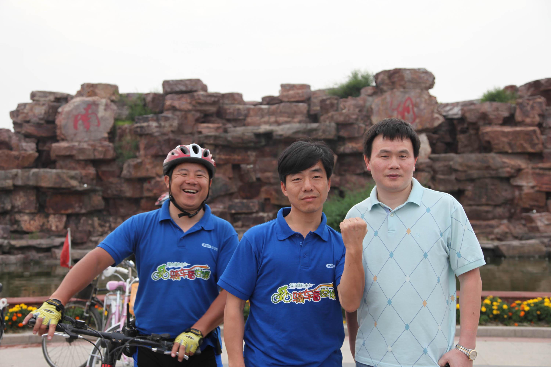 在嘉兴南湖革命纪念馆前合影