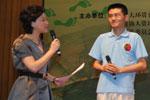 著名主持人杨澜在现场即兴采访六城市的青年环境友好使者代表