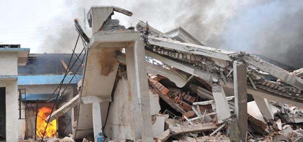 爆炸引发周围楼房倒塌
