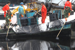 大连泄露原油已深入海滩 污染短期难根除