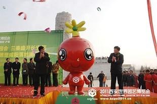 宓维新副主任和高中印副市长为吉祥物雕塑揭幕