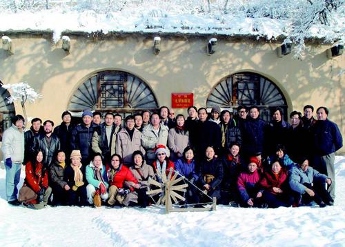 学员在延安枣园中央领导办公旧址