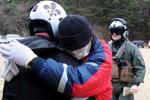 日本民众拥抱美搜救队员