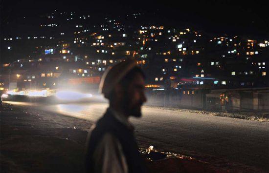 这个国家夜晚的路基本靠车灯,路灯几乎不见.月光下的阿富汗城