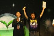 杨勇高举奖杯和证书
