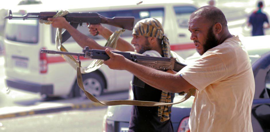 反对派向支持卡扎菲部队开枪