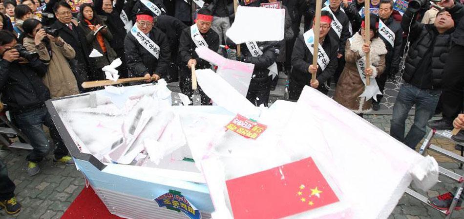 韩国团体集会棒击中国渔船模型