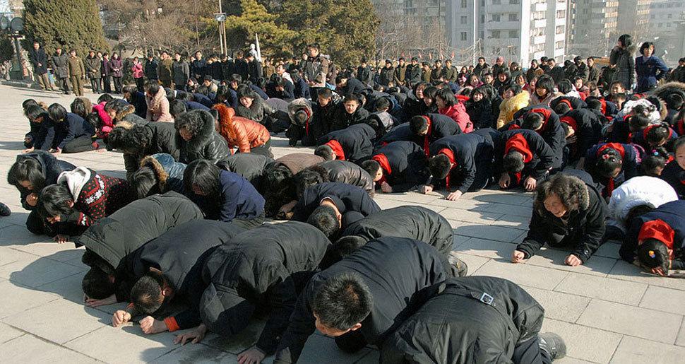 朝鲜民众痛哭悼念金正日