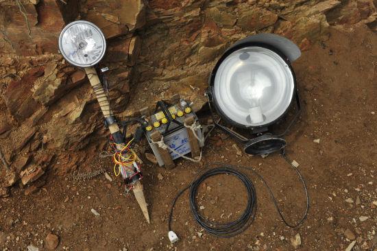 电瓶与探灯,在观音山打鸟人所使用的灯具中,这是较为简易的一种。在这里,还出现过由一排四个灯泡组成的探灯阵