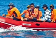 10名身穿橘黄色紧身衣的菲律宾男子