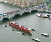 船队穿越桥梁