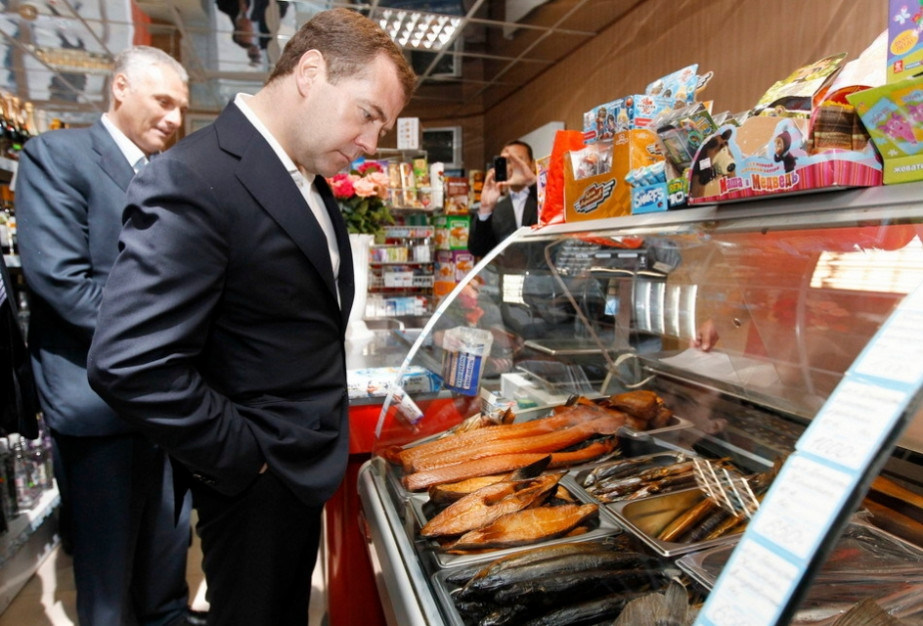 梅德韦杰夫参观国后岛上的食品店