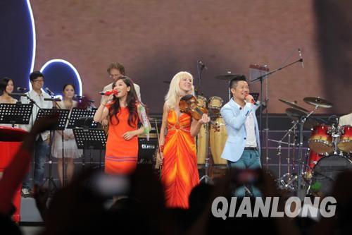 凤凰传奇和罗伯特乐队混搭表演《最炫民族风》效果火爆