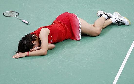 佐藤沙彌香扭傷腳踝摔倒在賽場