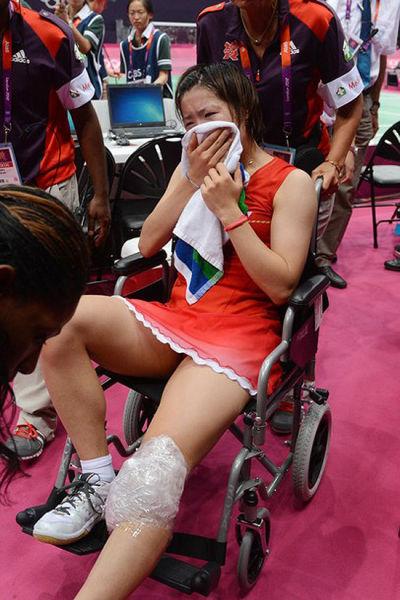 佐藤讶香哭着离开赛场,现场球迷为她送上的是——掌声