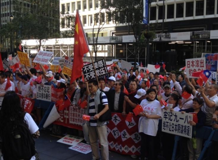 纽约华人在日使馆外示威
