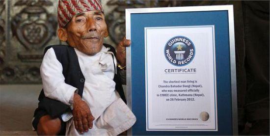 尼泊尔人钱德拉·巴哈杜尔·丹基,72岁,身高53.34厘米,为世界最矮的人。这幅照片于2012年2月26日拍摄于尼泊尔加德满都。