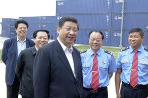 习近平在郑州国际陆港同郑欧国际货运班列机组人员交谈