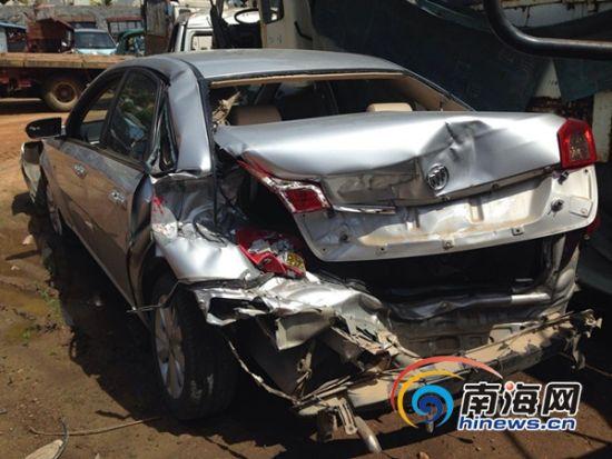 图为捷克轿车被撞坏(南海网记者王威摄)