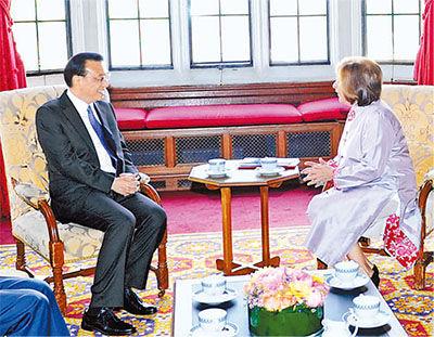 6月18日,国务院总理李克强在伦敦会见英国议会上院议长迪苏莎女男爵。双方进行了亲切友好交谈。   新华社记者 张 铎摄
