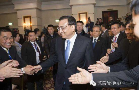 李克强参加中哈企业家委员会会议后,离开会场时与企业家们握手
