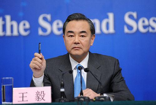 8日,外交部长王毅答记者问。