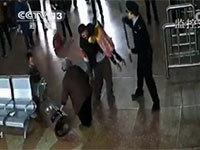 现场视频:死者扔孩子夺棍砸警 民警开枪