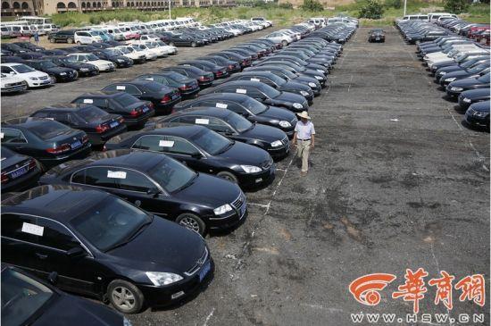 2015年7月1日,在西安北郊坤鹏执法停车场。 1066辆西安市市直机关一般公务用车集中封存,等待处置。 华商报记者 邓小卫 摄