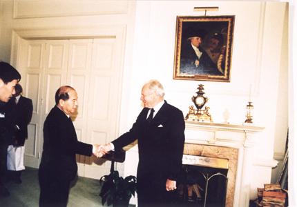 1998年9月,中共中央政治局常委,书记处书记尉健行访问新西兰时会见博伊斯总督。