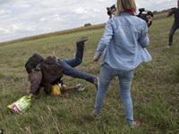 匈牙利女记者故意绊倒抱小孩难民