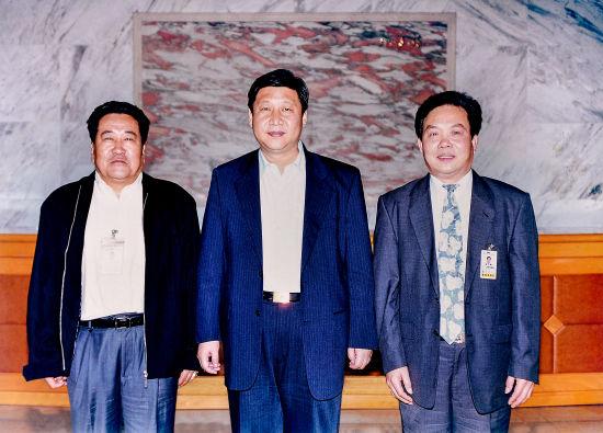 2000年4月23日,时任福建省委副书记、省长,现中共中央总书记、国家主席、中央军委主席习近平冒着连绵细雨到厦航调研。调研结束后,习近平与时任厦航总经理吴荣南、副总经理宋成仁合影留念。