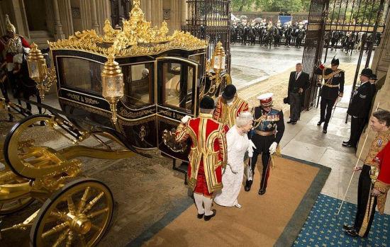 女王乘坐金马车抵达国会