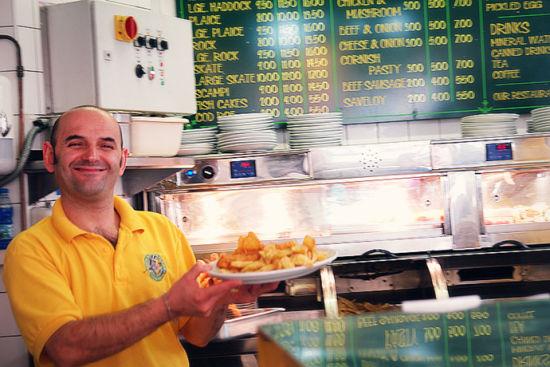 """这位大叔端着一盘大英""""国菜"""",他是多爱自己的工作和手中的食物呀。"""
