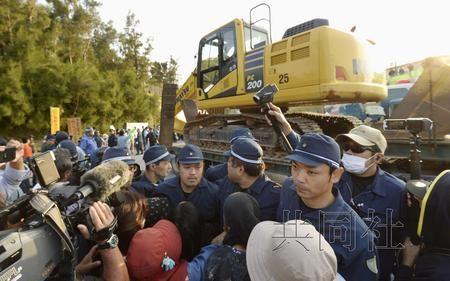 (29日上午,反对者与警方发生推搡)