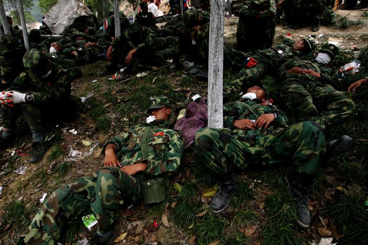 图文:战士躺在路边的小树林里休息