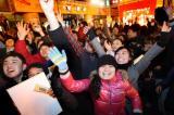 图文:广场人们迎接新年到来