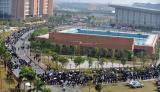 图文:广州大学城本科生招聘会队伍延绵1公里