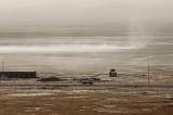 图文:大风将干涸湖底盐碱吹起